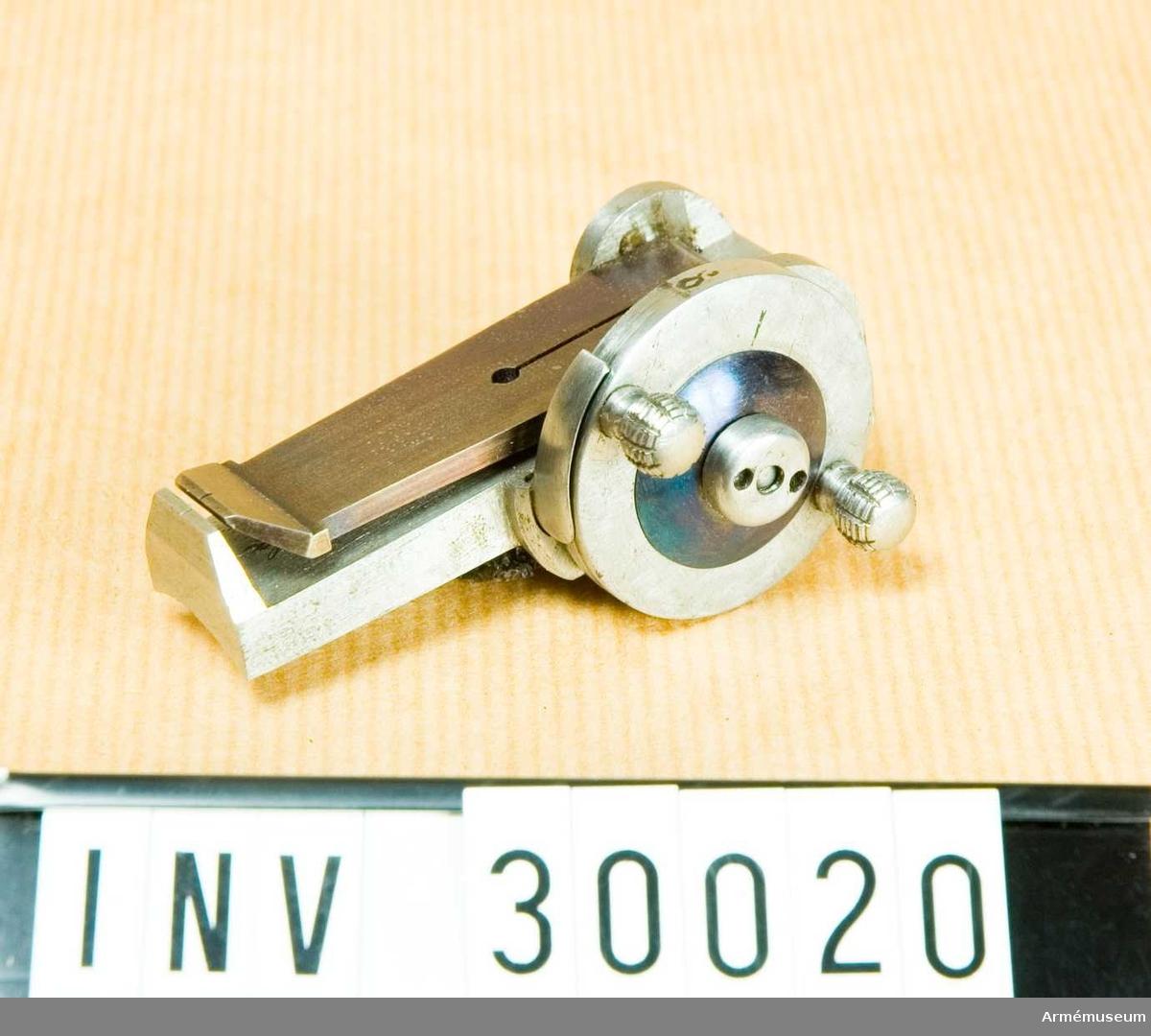 Grupp E II.  Samhörande nr AM.030020-AM.030021, riktanordning, etui.