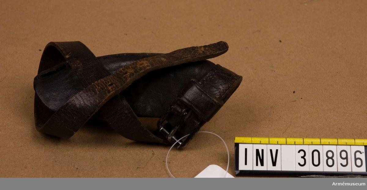Samhörande nr är 30894-7, gevär, skydd, fodral, rem. Grupp E II. Skyddet är en sorts kåpa av läder som spänns fast med en rem. Bilaga: ink skr från generalfälttygmästarens expedition 30/11 1906, dnr 1686.