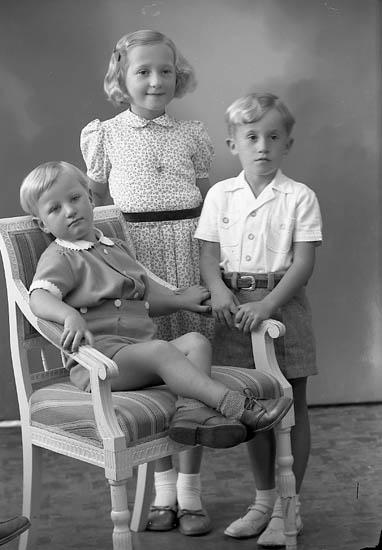 """Enligt fotografens journal nr 8 1951-1957: """"Pettersson, Gerd, Erling o Kjell Ängås, Svanesund""""."""