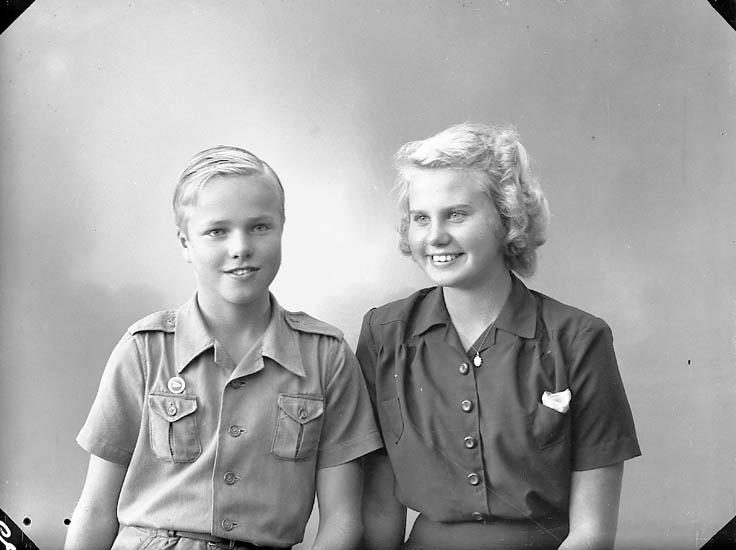 """Enligt fotografens journal nr 7 1944-1950: """"Strandberg, Fr. Birgit o Ingvar Här""""."""
