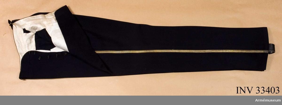 Grupp C I. Ur uniform för general Kronprinsens husarregemente. Buren av Konung Gustaf V. Består av dolma, långbyxor, ridbyxor, lackstövlar, spännsporrar, skjorta, handskar, husarmössa, 2 pompong, 2 ståndare, läderfodral, knutskärp, livrem,2 sabelbärrem, mössa, mössfodral, kartuschlåda med rem.
