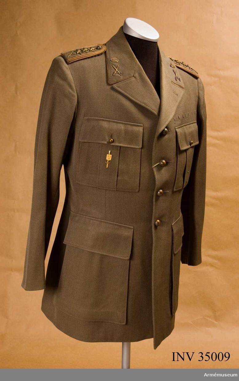 Grupp C I.  Vapenrock m/1939 med försvarsstabsmärke.