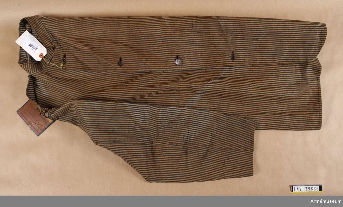 Grupp C I. Ur uniform (arbetsdräkt) för hovsmed vid fältartilleriet. Består av linnerock, ridbyxor, lägermössa, ridstövlar, skjorta, förskinn och avbildningar i trä av smidestång, hammare och hästsko.