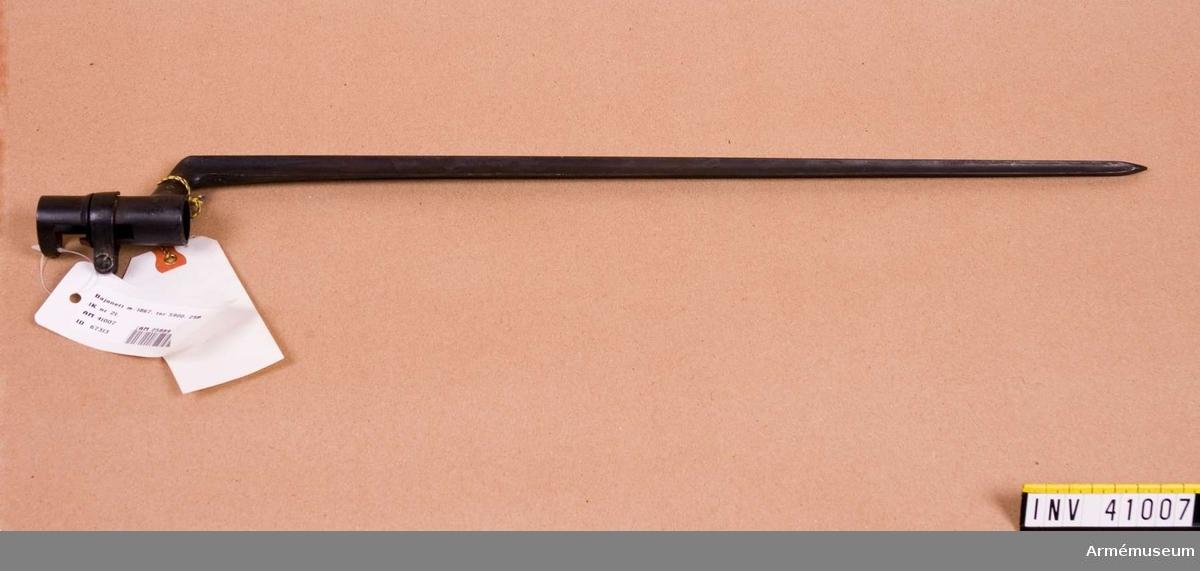 Grupp E II f.   tnr 5900, 29R 1K nr 21.  Samhörande gåva: 297 gevär med bajonett, 41000-41593. Samhörande nr 41006-7, gevär, bajonett.