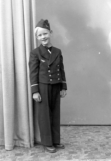 """Enligt fotografens journal nr 7 1944-1950: """"Foss, Thure Stenung, Stenungsund""""."""