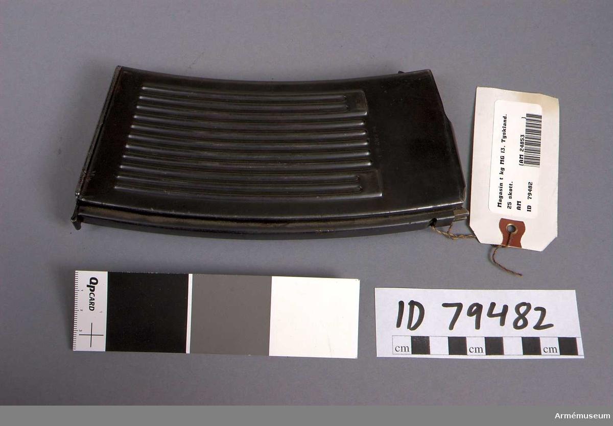Grupp E IV. Magasin för 25 st patroner hittat i skåp 39, magasinet märkt med AM 24853, instansat i plåten: 551 9. FA 7 6 P W/154 S/42 G  M.