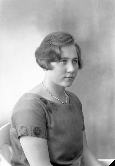 """Enligt fotografens journal nr 5 1923-1929: """"Strömqvist, Fr. Sara Här""""."""