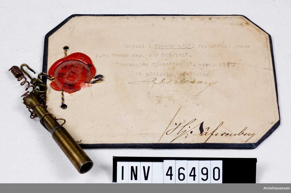 Grupp E V. Text på modellappens baksida: Fyrröret har genom explosion blivit söndersplittrat. Stockholm den 4 mars 1920. På befallning Erik(?) Zetterberg adjutant