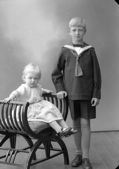 "Enligt fotografens journal nr 6 1930-1943: ""Mattsson, Anders, Dal, Ucklum""."