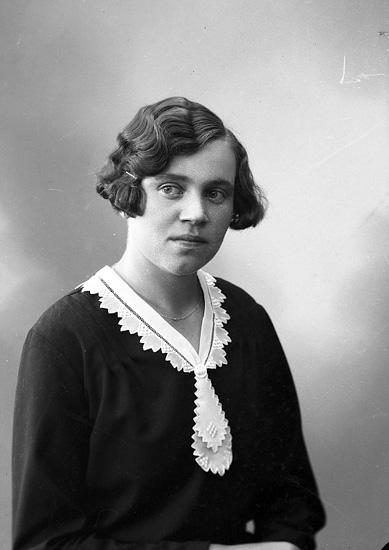 "Enligt fotografens journal nr 6 1930-1943: ""Johansson, Helmy Buxeröd, Ucklum""."