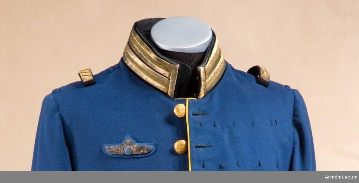 Grupp C I. Ur paraduniform för generalmajor vid flygvapnet, bestående av vapenrock med emblem, epåletter, långbyxor, trekantig hatt med  plym och fodral.