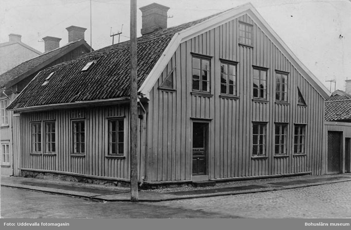 """Enl. text på kopians baksida: """"Gamla Barnhemmet (= St. Helleviksgat. 6) 1930, före rivning""""."""