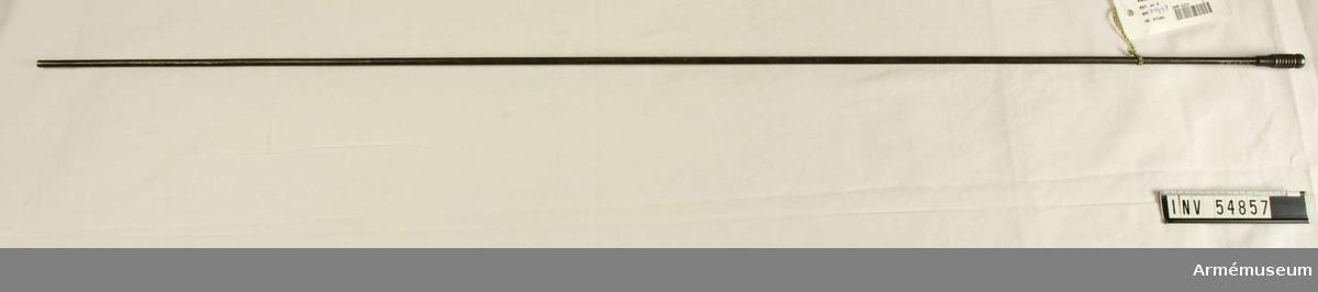 Grupp E VIII. Nr 4 (av 9 - nr 3 saknas, 8 finns ej) i tillverkningsordningen. Gevärsdel till 1867 års gevär m/1867, en av c:a 400 delar.