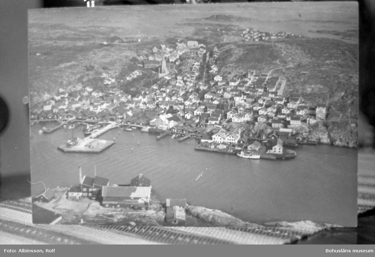 """Enligt fotografens noteringar: """"Flygfoto över Kungshamn.""""  Fototid: 1996-04-23."""