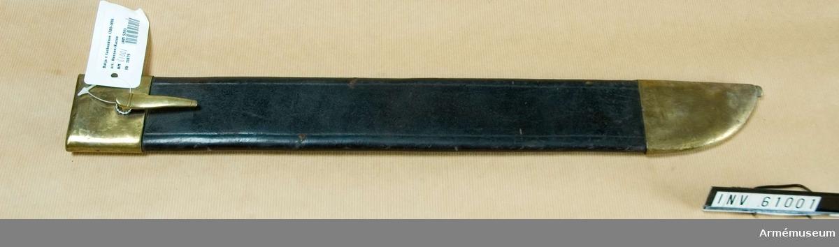 Grupp C I.  Baljan är av svart läder, med munbleck och dopsko av mässing. Munblecket har på yttersidan en koppelhake.