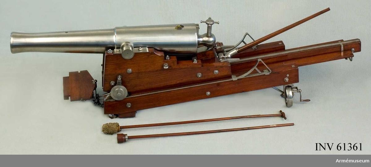 Grupp F I.  I modellen ingår 23 cm  kasemattlavettage m/1846, handspak, sättare, viskare.