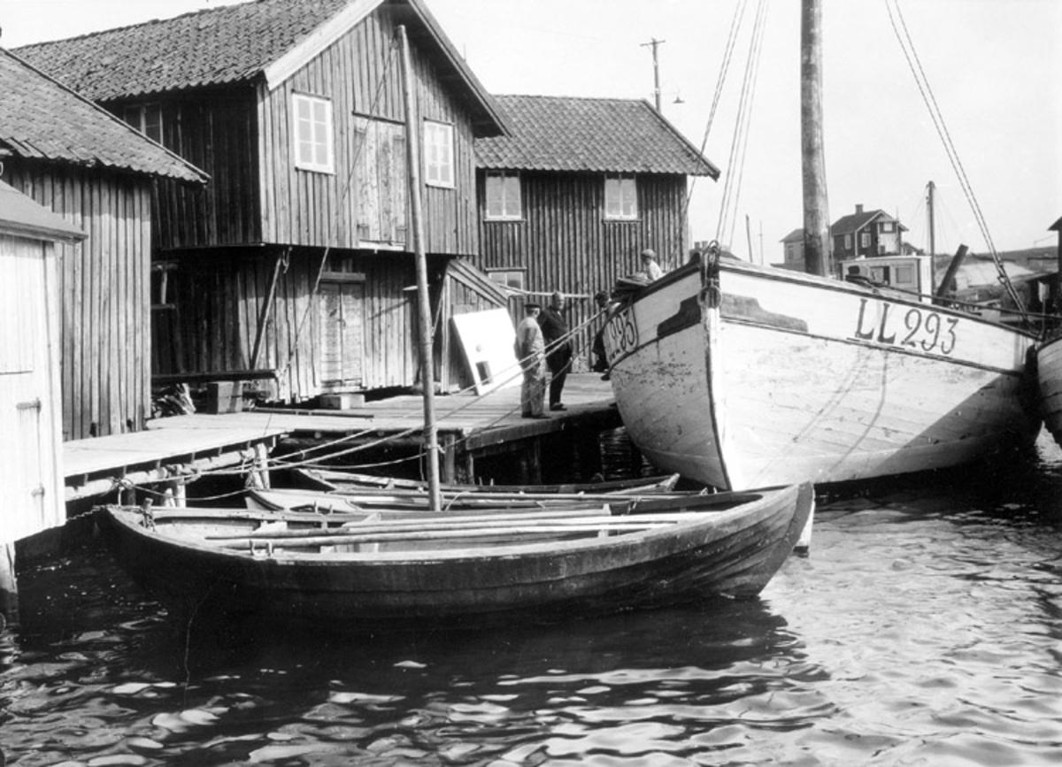 Skrivet på baksidan: Lillebåt, lågkåg Smögen