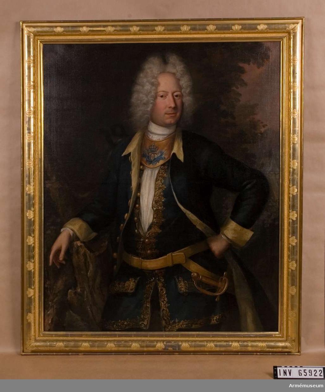Grupp M I. Porträtt av David Swartz (1678-1729) föreställande greve Arvid (Augustin?) Bernhard Horn, chef för Livdrabanterna.  Beskrivning enl Peyron: Halvfigur, sedd framifrån, pudrad lockperuk, vänstra handen stödd mot höften, den högra vilande på en trästubbe, lång, öppen mörkblå rock med ljusgult foder och ärmuppslag av samma färg; lång väst av något ljusare blått tyg, kantad, likasom ficklocken med breda guldbroderier; gult läderbälte, uppbärande värjan, varav endast det gyllene fästet synes, innanför västen krås; ringkrage av förgylld metall, å vilken synes jämte åtskilliga militära emblemer, bakgrunden  huvudsakligen mörk med konturerna av ett landskap skymtande till höger. Ramen: slät, glansförgylld, kupig med stiliserande bladornament i mattare görgyllning, fortsättningsmönster på ungefär 8 centimeters avstånd.