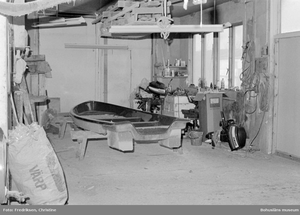 """Motivbeskrivning: """"Bröderna I & K Jonasson, Rossö. Interiör från verkstadsbyggnaden."""" Datum: 1980-04-15. Riktning: S."""