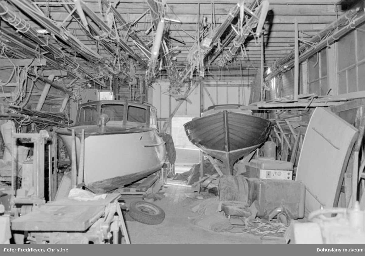 """Motivbeskrivning: """"Nilssons Båtbyggeri, Bojarkilen, Strömstad. Interiör från verkstadsbyggnaden."""" Datum: """"19800429."""" Riktning: V."""