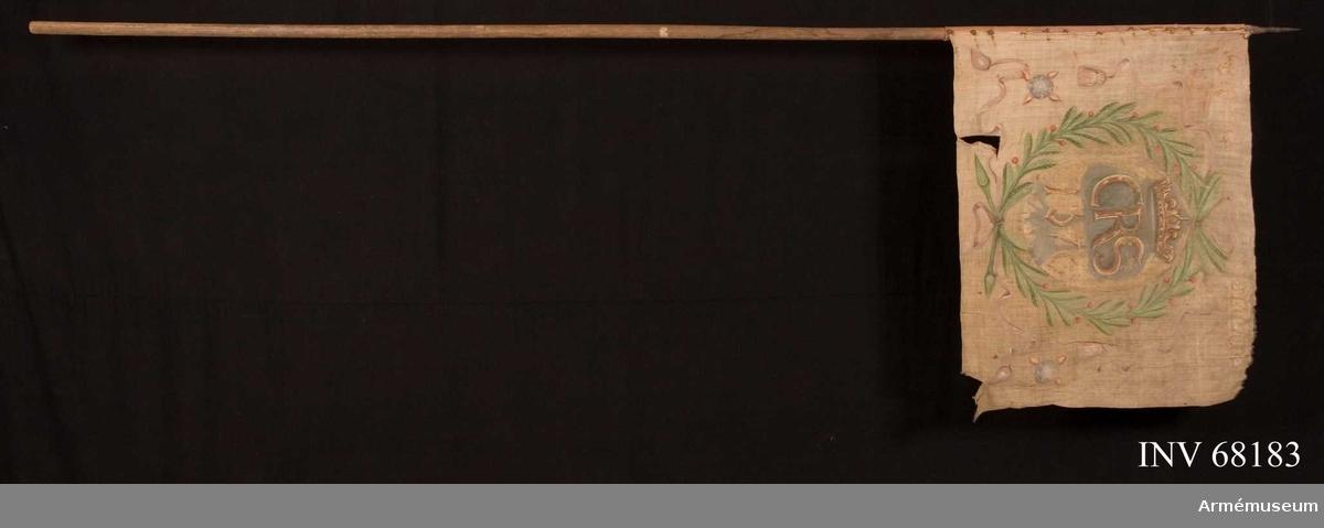 Duk: Tillverkad av enkel linnelärft. Horisontella fållar lagda åt insidan. Fäst vid stången på en terracotta röd strumpa som är fastsydd runt stången, därpå är duken fäst med en rad järnnaglar.  Dekor:  Målad på inre sidan en lagerkrans i friskt grönt med röda bär, upptill och nedtill hopbunden med violett färgat band med långa tofsprydda ändar. Målade bokstäver återfinns på ett ovalt blågrått fält och över detta en öppen krona. Under detta finns siffror i gult och rött.  På ömse sidor om kransen återfinns två blå fyrkulor med fyra lågor i rött och gult. Längs övre kanten på ömse sidor om kanten inskrift, på yttre sidan liknande målning dock är tre träd med bruna stammar och gröna trädkronor avbildade inne i kransen. Det är Gillbergs häradsvapen och längs överkanten återfinns text.  Stång: Tillverkad av trä. Pik som har två fästen eller förlängningar som fortsätter ned innanför duken.