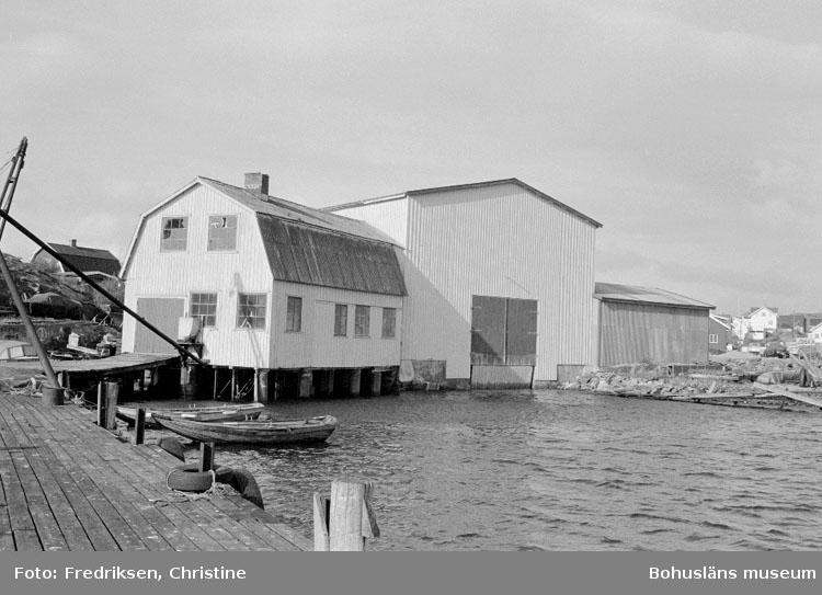 """Motivbeskrivning: """"Tommas Löfberg, på bilden syns längst till höger f.d mekanisk verkstad, till vänster därom båthallen."""" Datum: 19801008"""