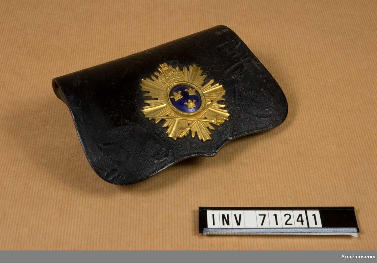 Grupp C I.  Kartuschlåda m/1895 för officer vid husarregemente. Samhörande: kartuschrem. Buren av löjtnant Nils Lindgren.