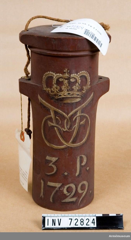 Grupp F:III. 3 pundigt koger trä med årtalet 1729 och Fredrik I:s namnchiffer