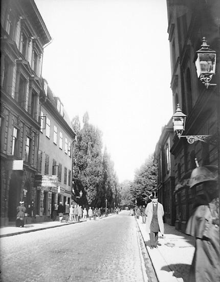 """Enligt fotografens noteringar: """"Drottninggatan nära Teknis."""" Plats: Stockholm Datum: 18 September 1895 Tid: Kl 10.10 f.m. Ljus: Solsken Bländare: No 2 Objektiv: Svenska Express Exponering: Hastighet No: 3  Framkallning: Johannes Smith"""