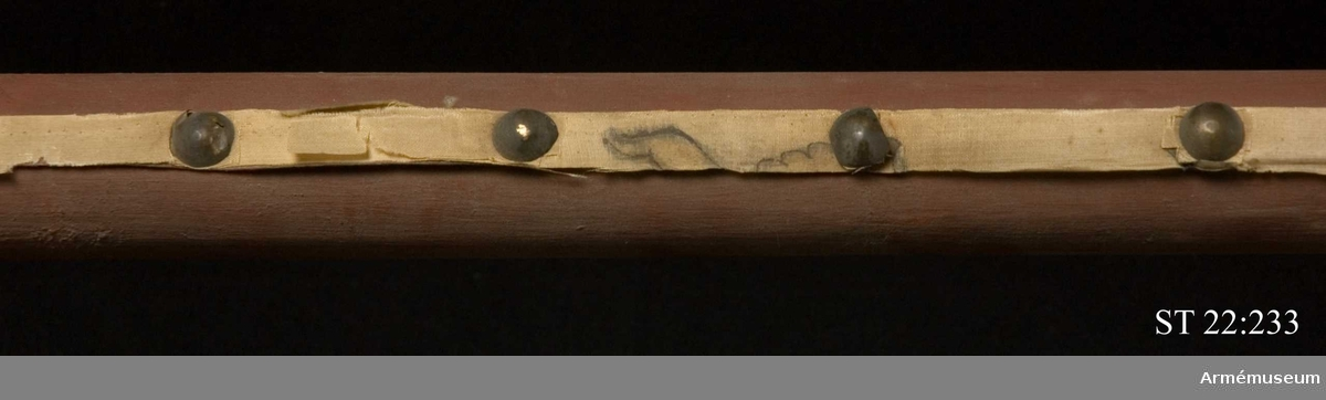 """På stången en klistrad etikett med text: """"No 4 Ryskt estandar taget i slaget vid Svensksund d 9 Juli 1790 (...) Konung Gustafs eget höga befäl"""""""