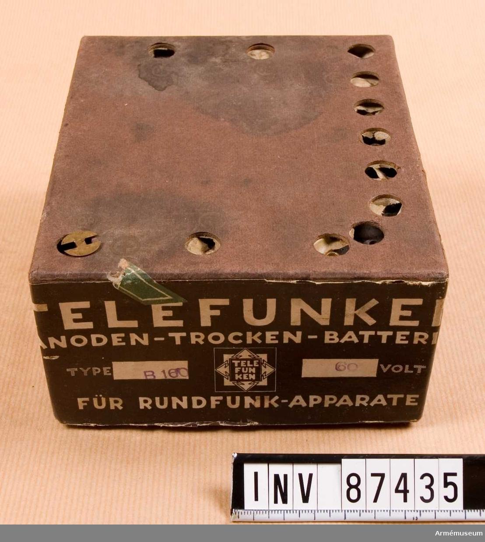 Grupp H II. Anodbatteri. Tillhör stridsvagnsradioutrustning.  Möjligen av tyska Petrixverkens fabrikation.  Konstmanganbatteri.
