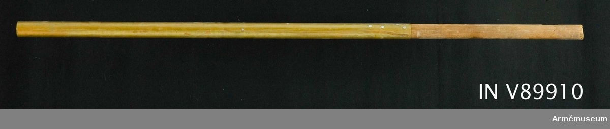 Del av trä- och mässingstång. Avsågad av utställningstekniska skäl under 1800-talet.