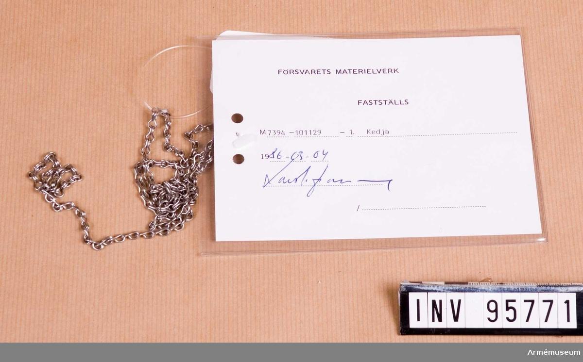 """Vidhängande etikett: """"Försvarets materielverk Fastställs M 7394-101129-1, Kedja, 1986-03-04 (oläslig underskrift)""""."""