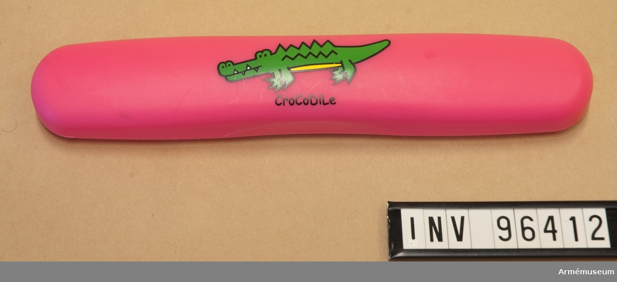 Rosa plastfodral med krokodil.