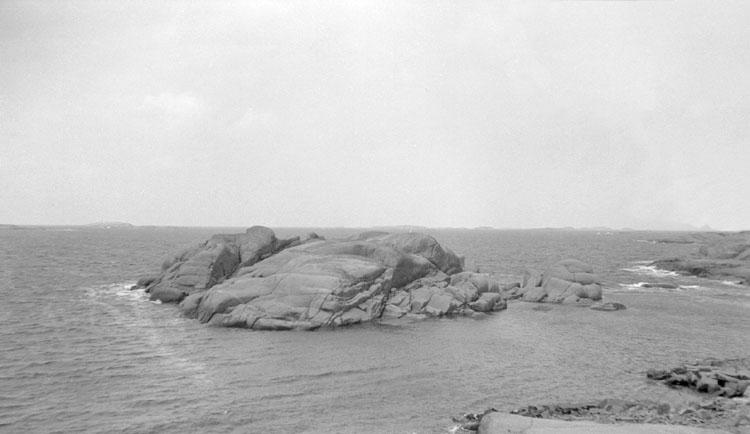 Enligt senare noteringar: Ön Valen. Skär syd ost (so) Vedholmen, väster om Käringön. 19 Juni 1926.