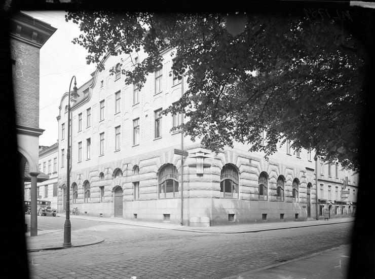 """Uppgift enligt fotografen: """"Uddevalla. Exteriör. Sparbanken. Norra Hamngatan Juli 1935."""""""
