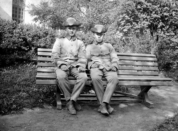 """Enligt senare noteringar: """" Magnus Johansson, Karl Nilsson. Taget vid plantaget vid kyrkan. 26/5 1915."""""""