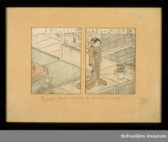 Montering/ram: Svartlackerad träram, glas; 33,0 x 43,4 cm, Ur punktnummerkatalogen 1957-1978: Dir. Max Schwab Akvarell på tusch Harunobu  Motiv: En kvinna stående på en uteplats/balkong, en madrass, kudde och uppslagen bok finns på golvet, en kruka med växt pryder ett hörn. Japanska skrivtecken i fält, gardinliknande kappa, längs ovansidan. Tryckets färger: Ljus umbra, ljust blågrått, ljust gröngrått, ljust rött och svart. Trycken är monterade bakom en passepartout med två skurna fönster. Varje bilds storlek är 17,0 x 12,8 cm. På passepartouten, som är av trähaltig kartong, står skrivet med blyerts: Harunobu, Suzuki (1718-1770). Ein Mädchen klagt ???? Zweigföhre? ihre nicht erviderte Liebe. H/2 / XVT Baksidan täckt med en styv kartong och ett svartfärgat papper som spikats mot ramen.   Ur Nationalencyklopedin, NE.se 2003: Haronobu Harunobu [harunobu], eg. Suzuki Harunobu, f. ca. 1724, d. 1770, japansk konstnär. H. är en av Japans mest framstående ukiyo-e-konstnärer. Redan 1762 hade han utvecklat en unik stil som kom att dominera träsnittskonsten. Han blev först berömd för sina kalendertryck och nyårsbilder. I samarbete med några av tidens lärde uppfann han ett passningssystem för tryckstockarna som möjliggjorde avancerade flerfärgstryck i ända upp till tio färger. H. är mest berömd för sina lyriska kvinnoskildringar i milda, balanserade färgtoner.   Ukiyoe [ukijoe] (jap., av ukiyo 'flytande värld' och e 'bild'), ukiyo-e, sammanfattande benämning på den japanska träsnittskonstens alster. Ukiyo är en buddhistisk term för världsliga nöjen, medan ukiyoe betecknar en bildkonst som huvudsakligen skildrar den nyrika, framväxande borgarklassens nöjen under senare delen av Edoperioden. De vanligaste motiven är kabukiteater, skådespelare, sumobrottning, berömda landskapsvyer och kvinnliga kurtisaner och underhållare i Tokyos (Edos) nöjeskvarter Yoshiwara. Från ca 1760 och 100 år framåt utvecklades ukiyoe från ett enkelt, svartvitt handkolorerat tryck till ett komplicerat fler