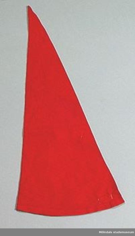 Röda tomteluvor utan tofsar. En luva är 490 mm lång, två är 430 mm, en är 410 mm, en är 340 mm.