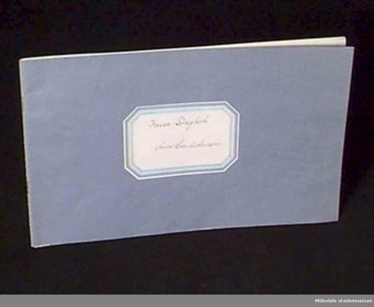 Boken är endast häftad med två klamrar i ryggen. Utsidan är blå med påklistrad etikett i vitt och blått.Bladen i boken är gulnade. Alla sidor är handskrivna med svart bläck i förtryckta kolumner. Sidorna är paginerade för hand i de övre hörnen; på vänster sida vänster hörn och höger sida höger hörn.