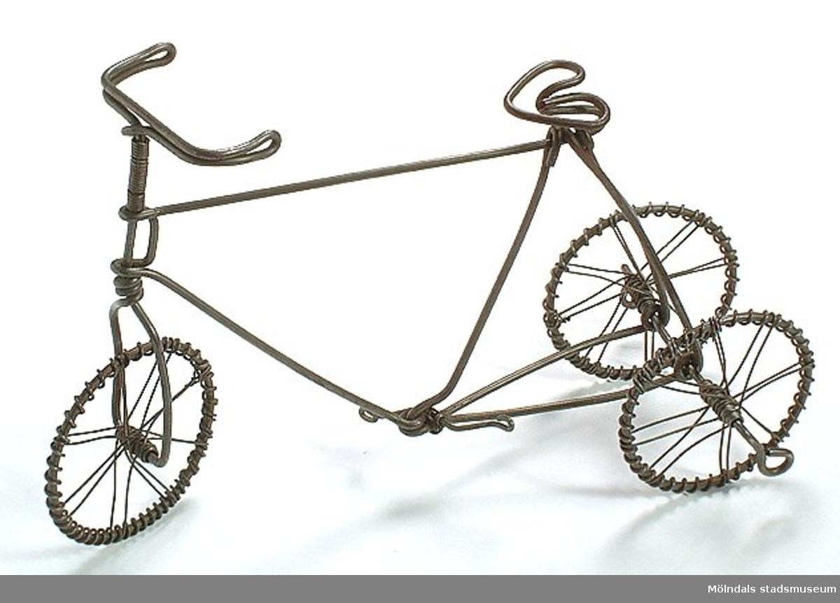 Cykel i trådslöjdsteknik, s.k. luffararbete.