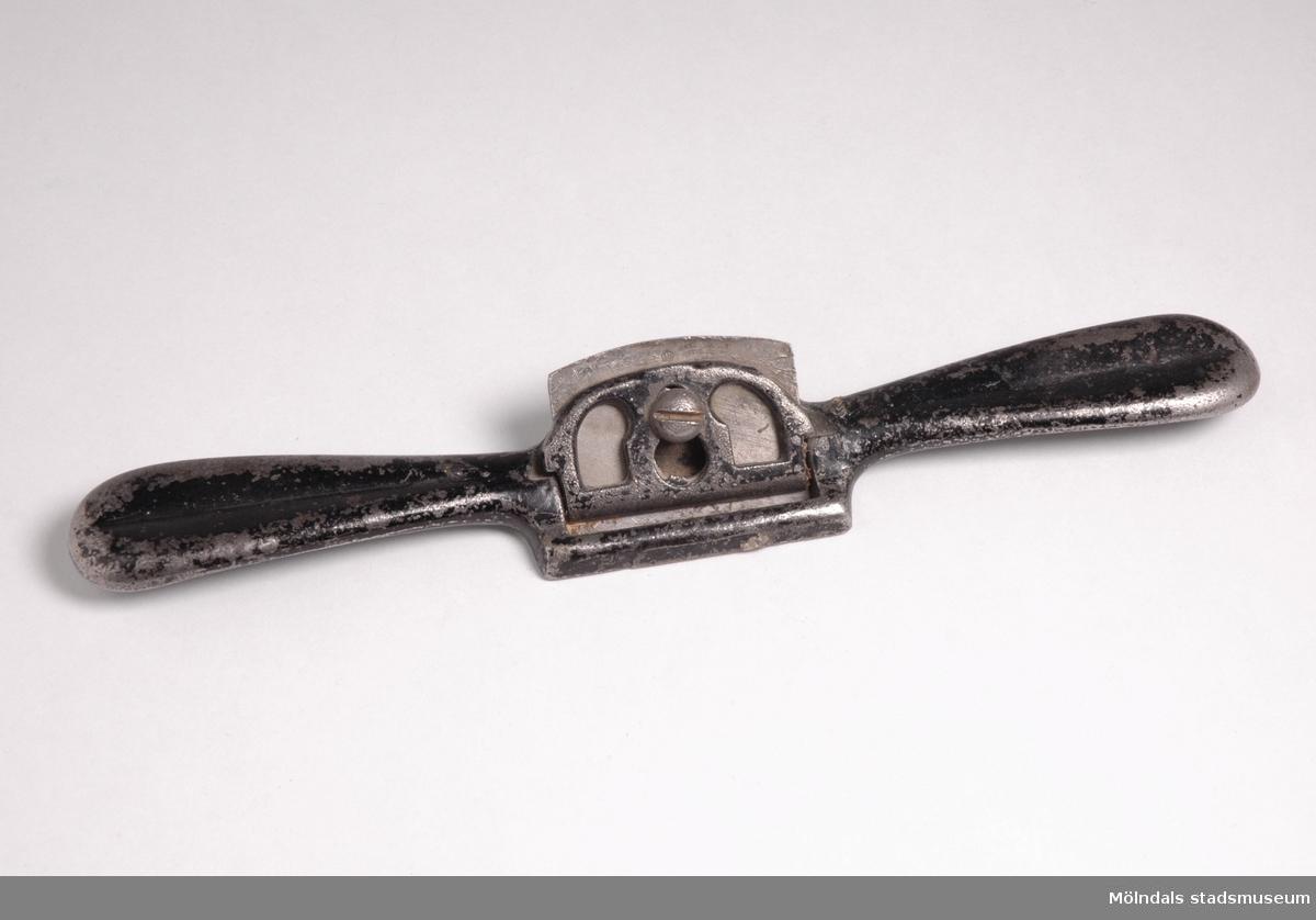 """Hyvel med hyveljärn av svartmålat gjutjärn.Redskap och verktyg kommer från Lindströms snickeri (Gamla Riksvägen 81, Ekebacken). Här byggde John Lindström från Lindome ett boningshus och snickeriverkstad 1928. Han öppnade ett snickeri som specialiserade sig på köksbord Borden levererades till en grossist i Göteborg. Som mest tillverkades 50-60 bord i veckan. Borden hade ben av björk och resten var av furu. Han gjorde även andra möbler på beställning. Till hjälp hade John ett par anställda.De sista åren gjordes mest renoveringar och reparationer, medan det """"begav sig"""" de mest aktiva åren tillverkades bord av alla de slag."""