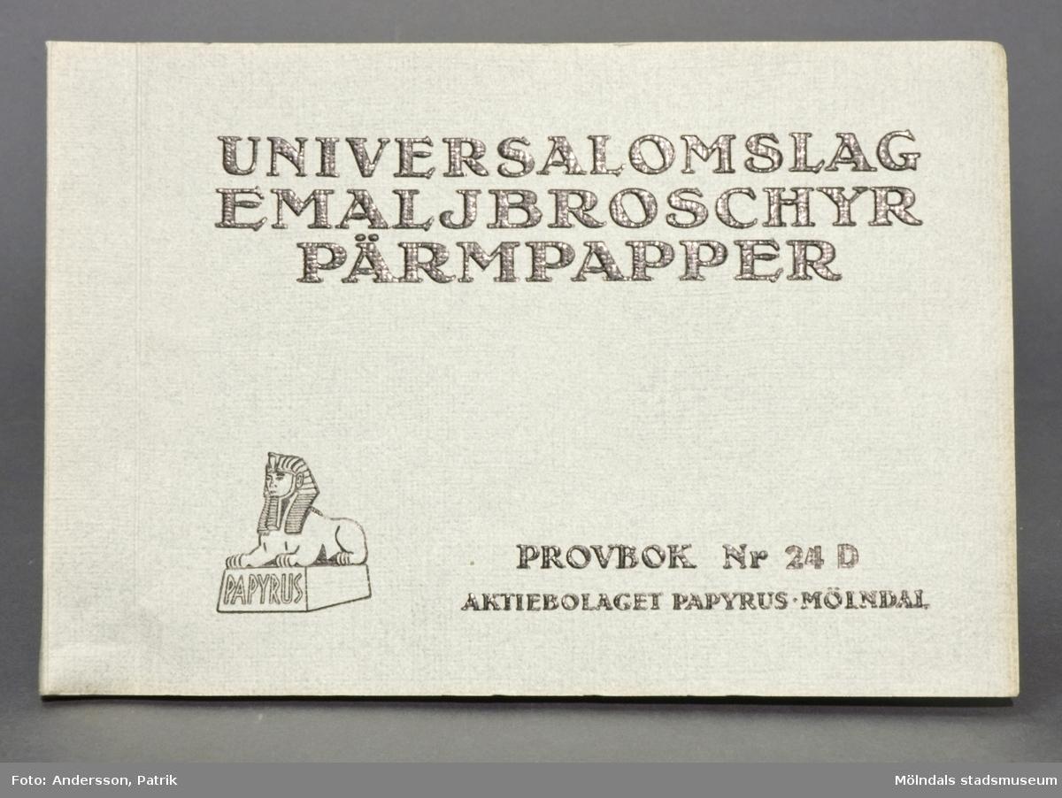 Häfte med prover av Universalomslag-, Emalj-, broschyr- och pärmpapper. Häftets pärm är grå och strukturpressad med svart text: Provbok Nr 24D. Logotyp med sfinx på fundament. Varje provblad är märkt med siffra och produktinformation. Litteratur: Papyrus 1895-1945, Minnesskrift, Esseltes Göteborgsindustrier AB, Göteborg 1945.