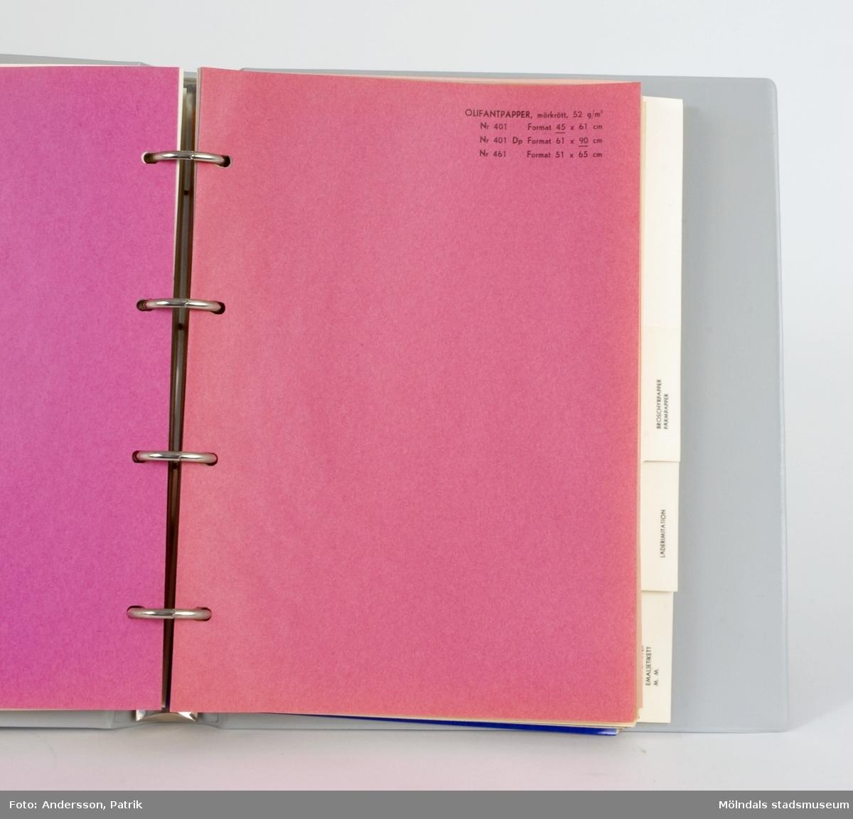 """Provbok i ringpärmsutförande, troligen från 1950- eller 1960-talet. Pärmen, """"Papyrus Provbok nr 3"""", innehåller provblad i en mängd färger, av papper i kategorierna; brevkortskartong, elfenbenskartong, bristolkartong, olifantpapper, broschyrpapper, pärmpapper, läderimitation, glanspapper, emaljetikett, glacéläsk och försättspapper. Pärmen är blå, plastklädd, med Papyrus namn och logotyp (sfinx på fundament) i vitt.Hör samman med Mölndals museums föremålsnummer 04715-04717."""