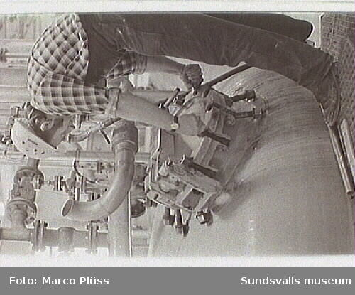 Stockviksverken.  06 Sven Fagerström, reperatör vid Pevikonfabriken, 12 Trumtorkar, användes vid efterbehandlingen av pevikonet, 24 Pevikonfabriken - Agne Idh th. efterbehandlingsavdelningen,  25 Siktning av pulvret vid efterbehandlingen, 29 Kontroll av avloppsvattnet från kloratfabriken utförd av Ingvor Nilsson, senare gift Andersson.