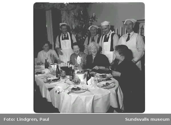"""Kvinnor har blivit serverad mat av deras män. """"Frufridagen"""" var ett inslag av radioprogrammet Karusellen 1954. Tanken var att alla husmödrar skulle få ledigt en hel dag och deras män skulle sköta hushållet och barnen."""
