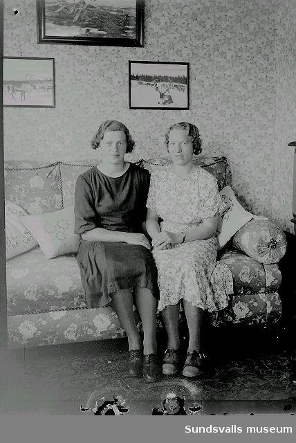 Två kvinnor i rumsmiljö.