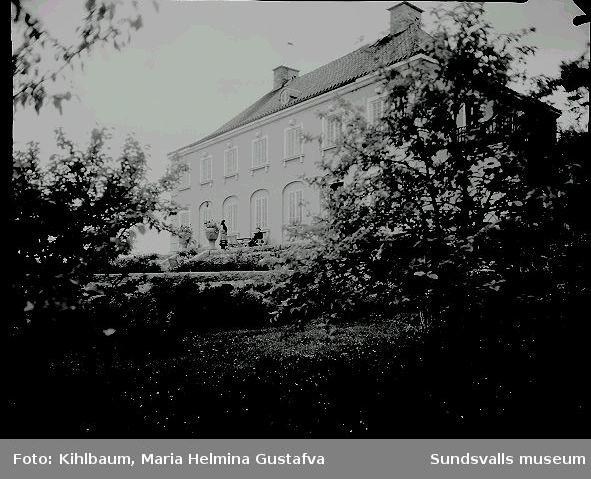 Villa Wallerstedt, makarna Wallerstedt sitter på altan.