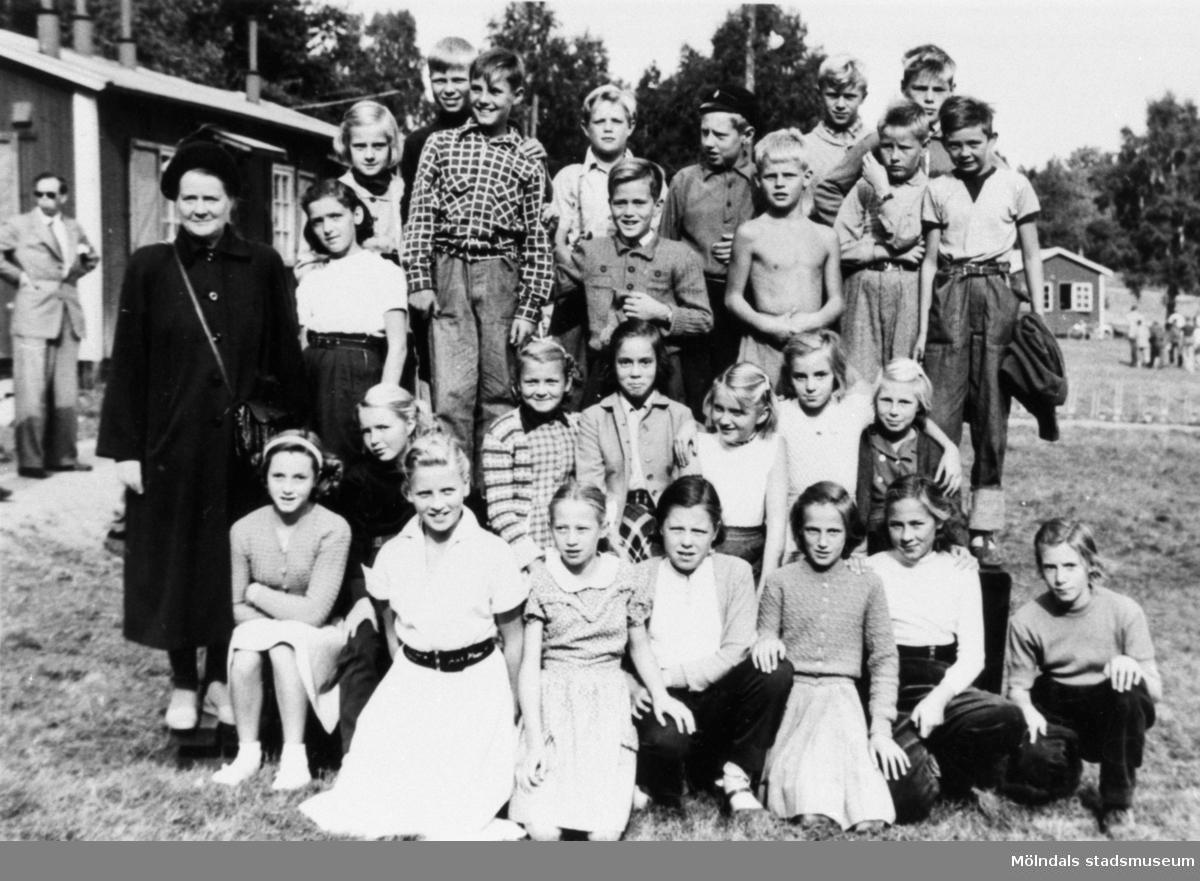 Elever med lärarinna från Krokslättskolan i Mölndal på utflykt till Skatås år 1951.