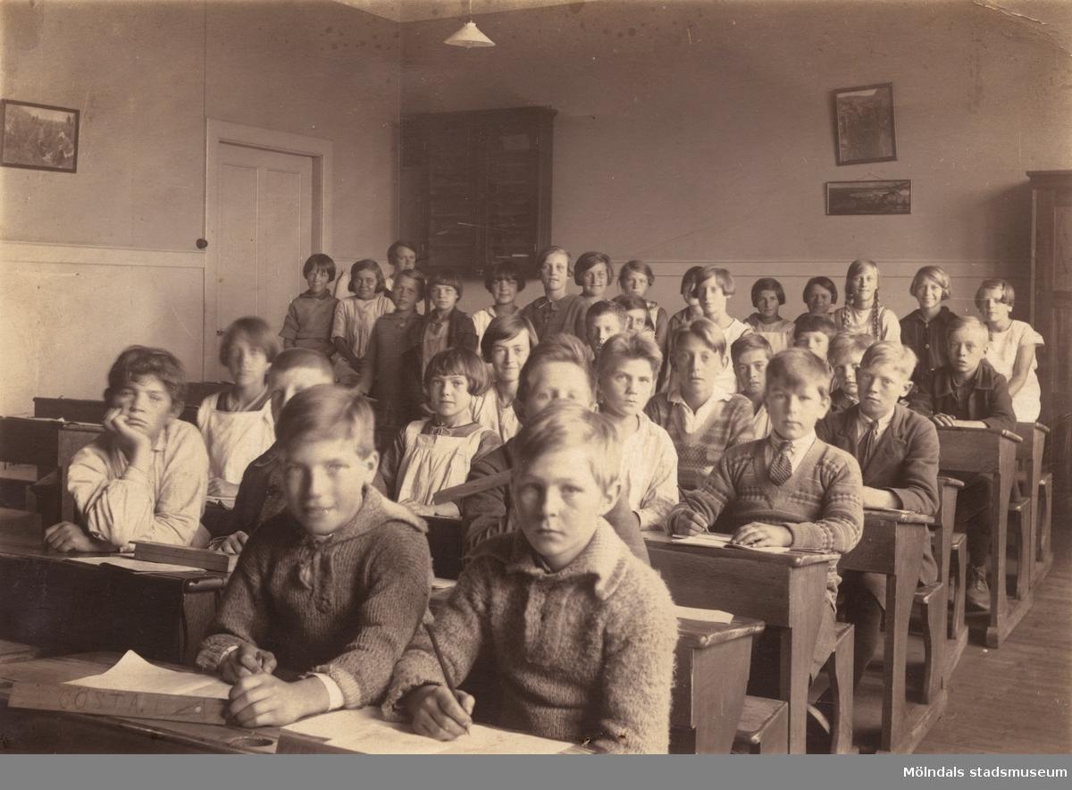 Klass 6. Pojkar och flickor i skolsalen. Toltorpsskolan i Mölndal år 1927.